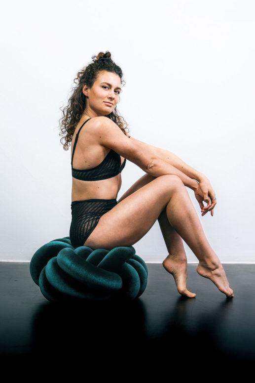 Tanja sitzt im High Waist Brief #buttyholly und Soft Bra #boobsday auf dem Pouf #knotyourbrain