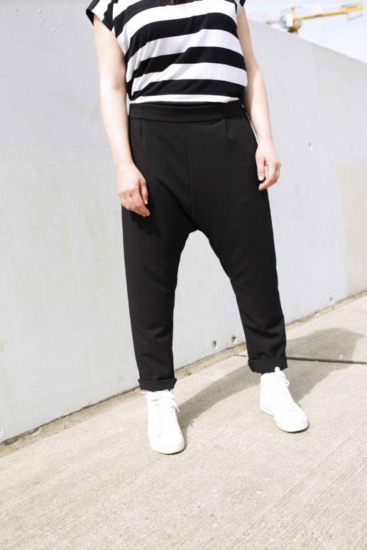 Swantje trägt ihre neue Sneaker Hose mit hochgekrempeltem Saum