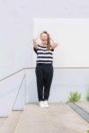 Swantje trägt ihre neue Lieblingshose und lacht fröhlich in die Kamera