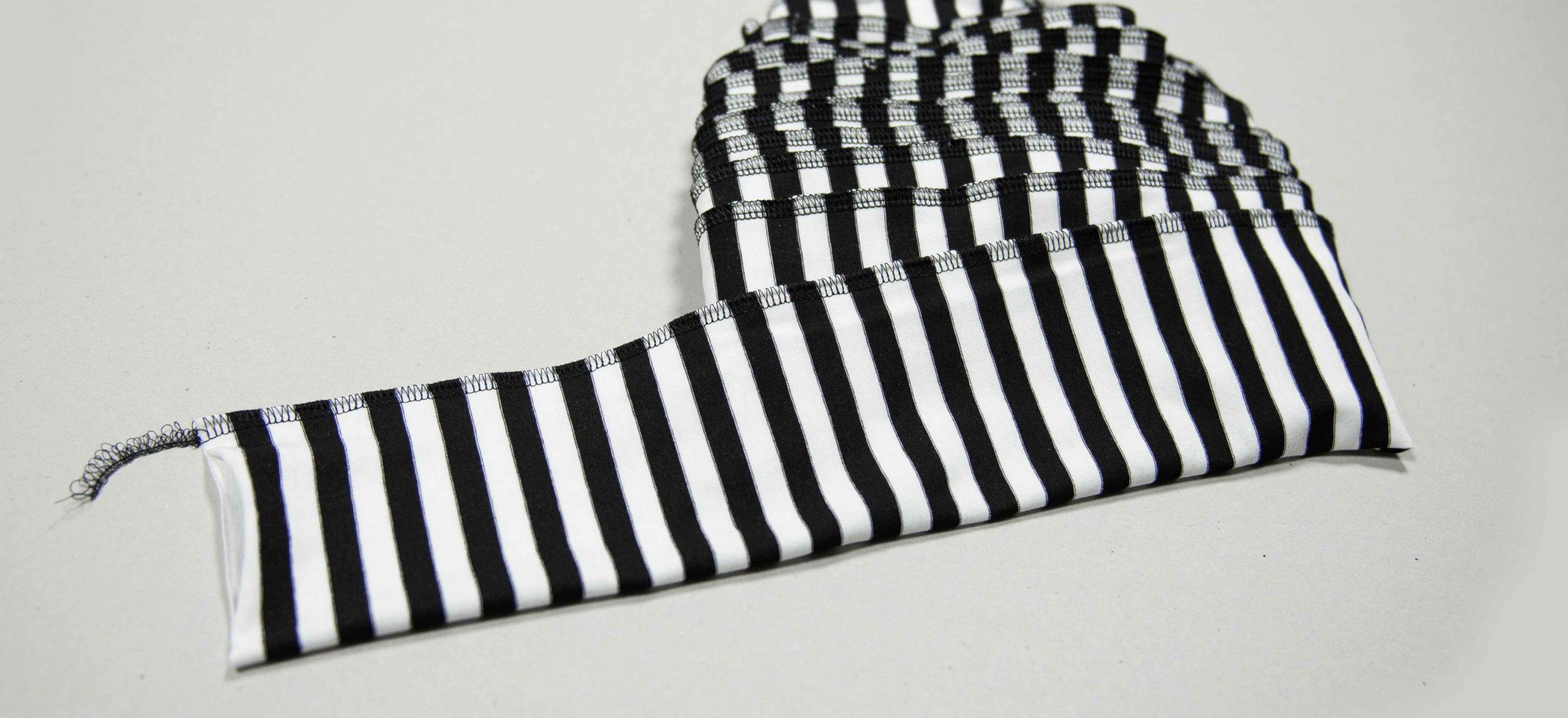 langen Streifen halbieren und zu einem Schlauch zusammennähen