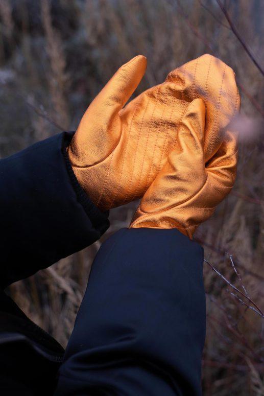 Swantje trägt wattierte Lederhandschuhe
