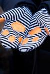 zwei Hände in Sweatfäustlingen machen eine haltende Geste